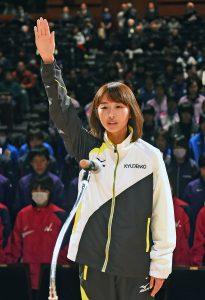 Š開会式で選手宣誓する九電工の宮崎悠香選手=北九州市小倉北区で2017年1月21日午後3時47分、毎日新聞社提供